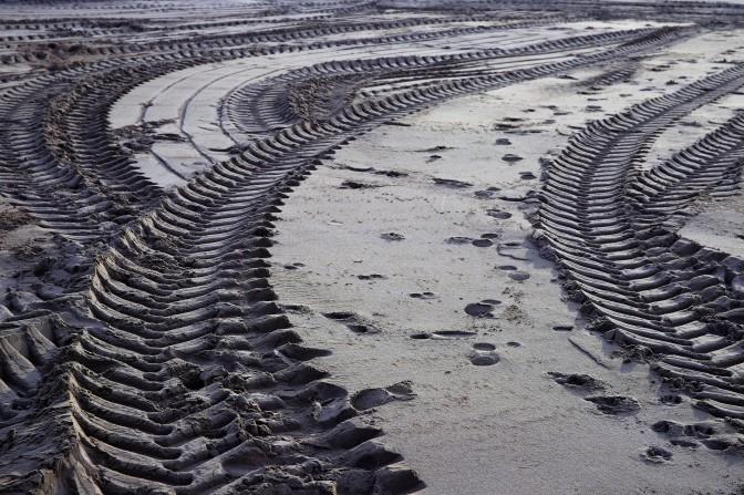 Traces de pneus dans le sable